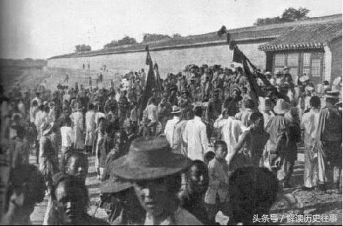 Quân đội nhà Thanh xuất hành, nhân dân hiếu kỳ đứng xem hai bên đường.