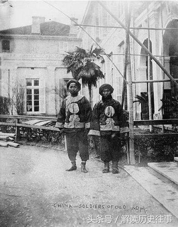 Hai binh lính ở Quảng Xuyên, xem ra không giống binh sĩ mà giống những người làm tạp vụ.