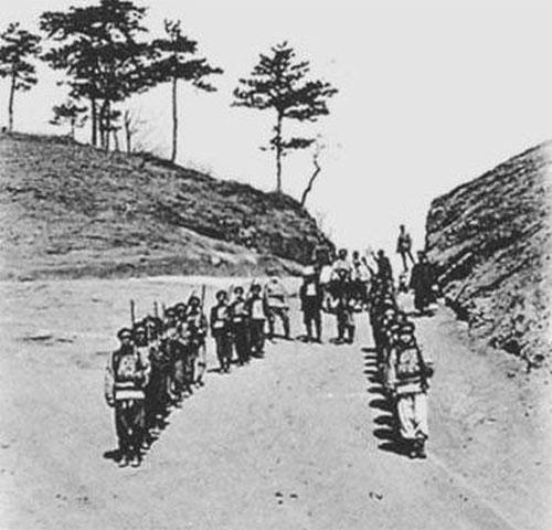 Đại quan khi xuất hành, hai bên đều có binh sĩ xếp hàng.
