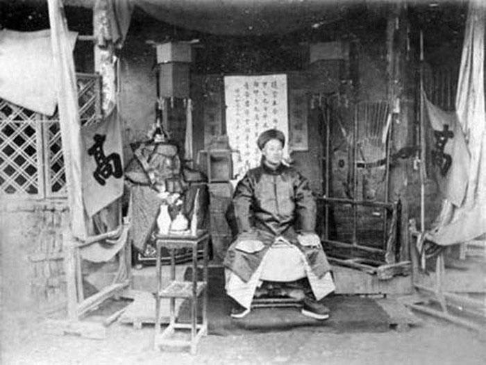 Một ông tướng nhà Thanh, xem dáng ngồi rất bệ vệ.