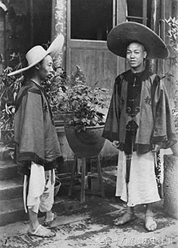 Quân Thanh ở Quảng Tây với chiếc mũ đội đầu khác với mũ thông thường của nhà Thanh và chân dường như là đi dép.