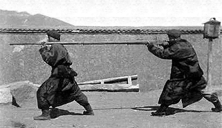 Đây là hai binh sỹ đang ngắm bắn một khẩu súng dài như con sào.
