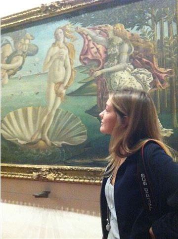 """Simonetta Cattaneo bên cạnh bức họa """"The Birth Venus"""" tại bảo tàng Mỹ thuật, Florence, Ý."""