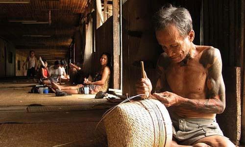 Tộc người Minangkabau ở Indonesia giữ văn hóa mẫu hệ trong truyền thống gia đình, dòng tộc.