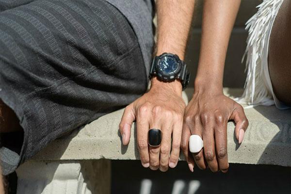 Những người đeo chung thiết bị này sẽ nhận thấy nhẫn của họ rung lên báo động người thân, bạn bè đang gặp nguy hiểm.