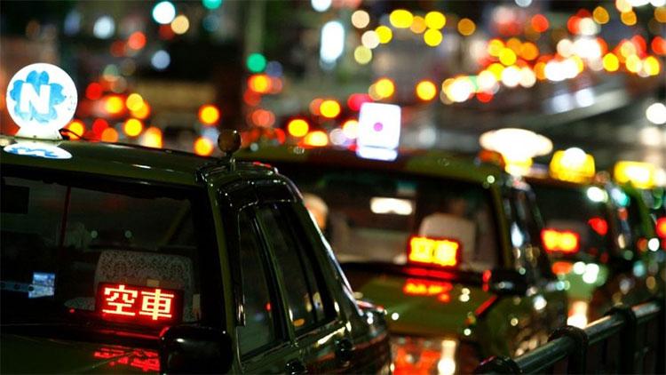 Taxi đợi khách ở Nhật Bản.