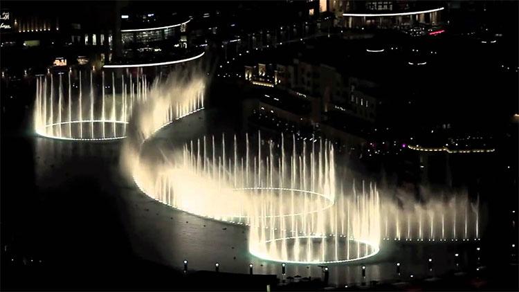 Màn trình diễn của sân khấu nhạc nước dài nhất thế giới trên hồ Burj Dubai.