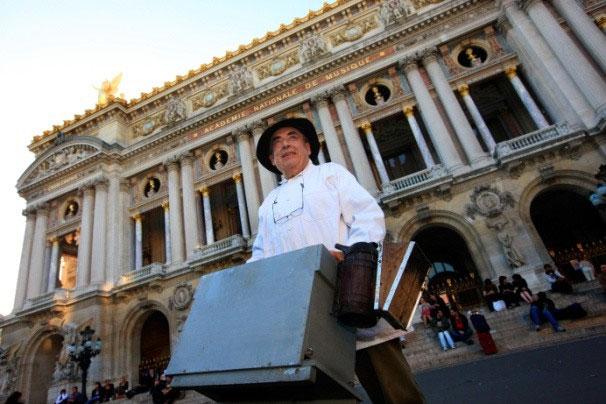 """Jean Paucton - """"ông tổ"""" nghề nuôi ong mái vòm ở Paris."""