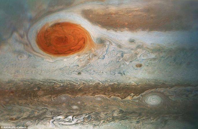 Ảnh cận cảnh cho thấy siêu bão màu đỏ nổi bật của sao Mộc