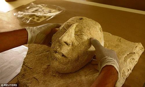 Mặt nạ làm bằng vữa cổ xưa