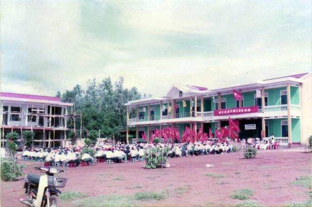 Lễ khai giảng năm học 2001-2002 của Trường THPT Nguyễn Du, Quảng Trị