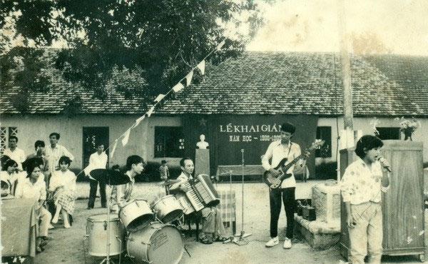 Những tiết mục văn nghệ cây nhà lá vườn trong lễ Khai giảng năm học 1988-1989, Trường THPT Hàn Thuyên, Bắc Ninh