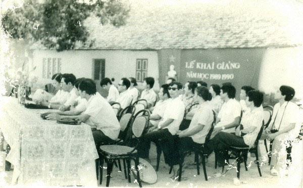 Thầy cô trong Lễ khai giảng năm học 1989 - 1990, Trường THPT Hàn Thuyên, Bắc Ninh.