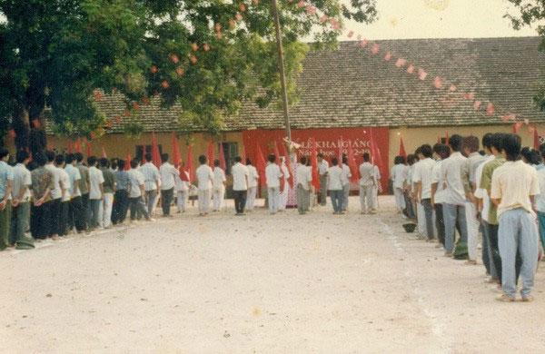 Quang cảnh Lễ khai giảng năm học 1992 - 1993, Trường THPT Hàn Thuyên, Bắc Ninh.