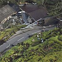 """Vừa hứng siêu bão, Nhật Bản lại bị động đất """"nuốt chửng"""" nhà cửa, xới tung đường sá"""