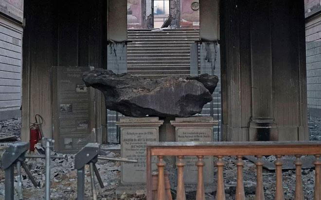 Mảnh thiên thạch Bendegó vẫn nguyên vẹn trong bảo tàng bị thiêu rụi.