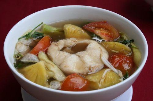 Món canh cá nấu chua sẽ đượm vị hơn khi có thêm 2-3 vỏ bứa.