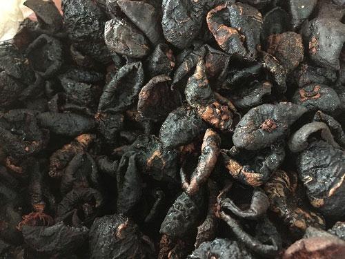 Quả bứa sau khi hái về, được sơ chế và phơi khô dùng làm gia vị cho các món ăn.