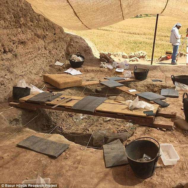 Khu khảo cổ ở vùng Başur Höyük, Thổ Nhĩ Kì chứa nhiều bộ xương của trẻ nhỏ đã bị giết từ Thời đại đồ đồng.