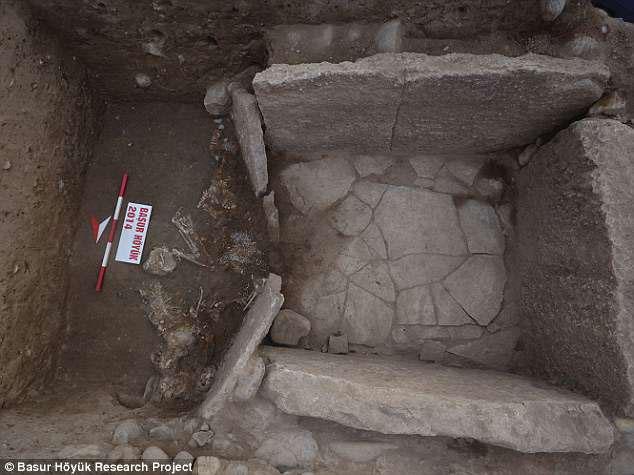 Mộ được xây bằng đá, những bộ xương cũng được sắp xếp gọn gàng có mục đích.