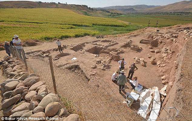Hàng loạt ngôi mộ bí ẩn được tìm thấy ở Başur Höyük, Thổ Nhĩ Kỳ.