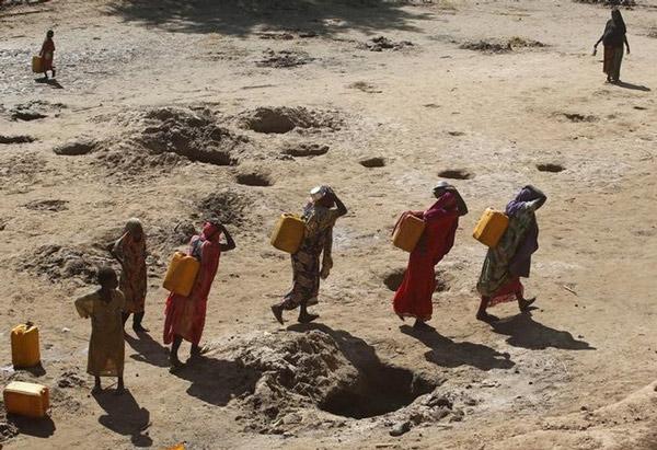 Những người phụ nữ gánh nước thu được từ các hố cát ở Somalia