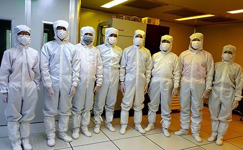 Nhóm nghiên cứu trong phòng thí nghiệm.