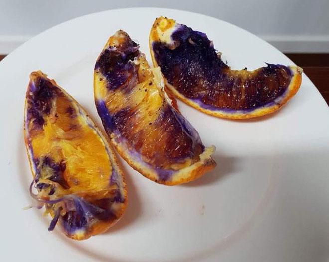 Những múi cam đã ăn và bị vứt vào thùng rác cũng biến thành màu tím.