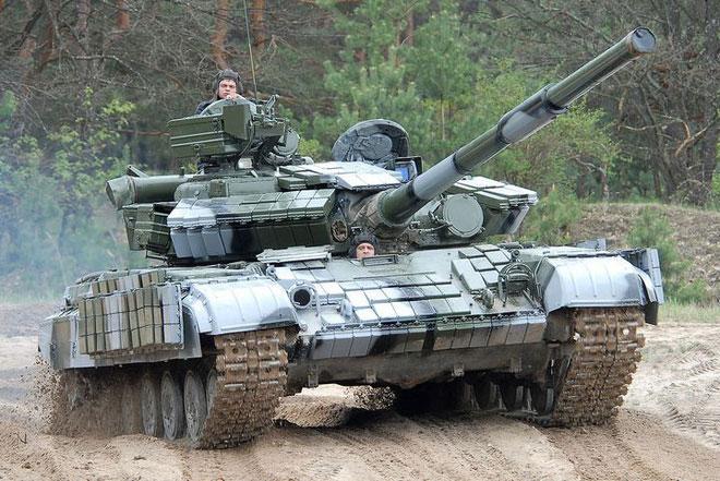 Xe tăng chỉ có thể quan sát ra ngoài bằng một cổng ngắm rất nhỏ.