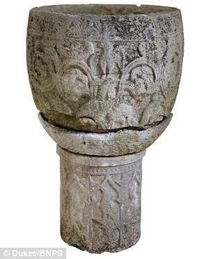 Chậu đá được khắc hình chim, các loài thú thần thoại và lá cây.