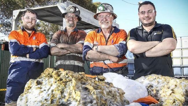 Hai tảng đá chứa vàng vừa được thợ mỏ của RNC Minerals tìm thấy.