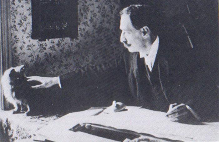 Họa sĩ Louis Wain (1860-1939) nổi tiếng trong lịch sử nước Anh với các bức tranh vẽ về mèo.