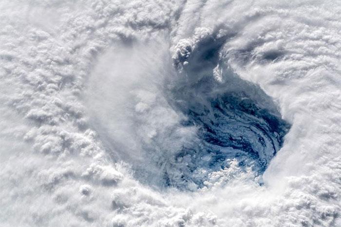 Bão Florence trải rộng hơn 500 dặm. Vì vậy, chúng tôi chỉ có thể chụp được toàn bộ cơn bão nhờ một ống kính góc siêu rộng