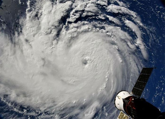 Phi hành gia Ricky Arnold cũng đã ghi lại những hình ảnh rợn người về siêu bão lớn hiếm thấy từ không gian.