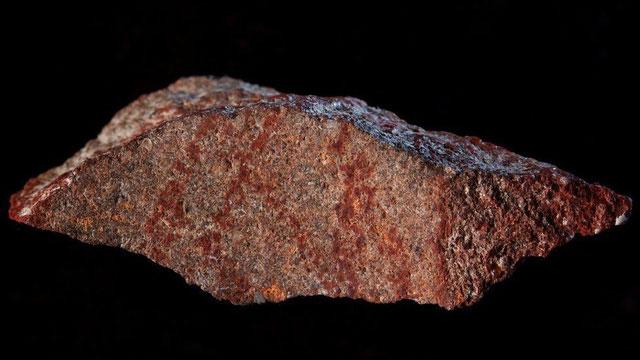 Hình vẽ thể hiện các đường khắc chéo song song khắc lên đá.