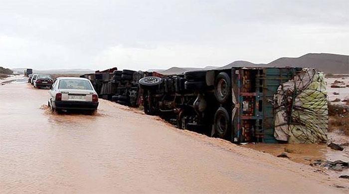 Xe tải ở Morocco bị lũ quét lật nhào.