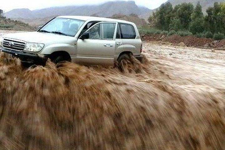 Tài xế thoát nạn khi kịp nhảy khỏi xe trong trận lũ quét ở Morocco.