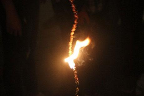 Chờ đúng đêm Trung thu, lúc bắt đầu phá cỗ sẽ đốt đèn bưởi.