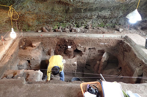 Nhà khoa học bới từng lớp mỏng vài milimet để tìm kiếm hiện vật tại hang thăm dò.