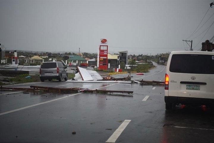 Một tuyến đường ngổn ngang vào sáng 15/9, sau khi bão Mangkhut đổ bộ.