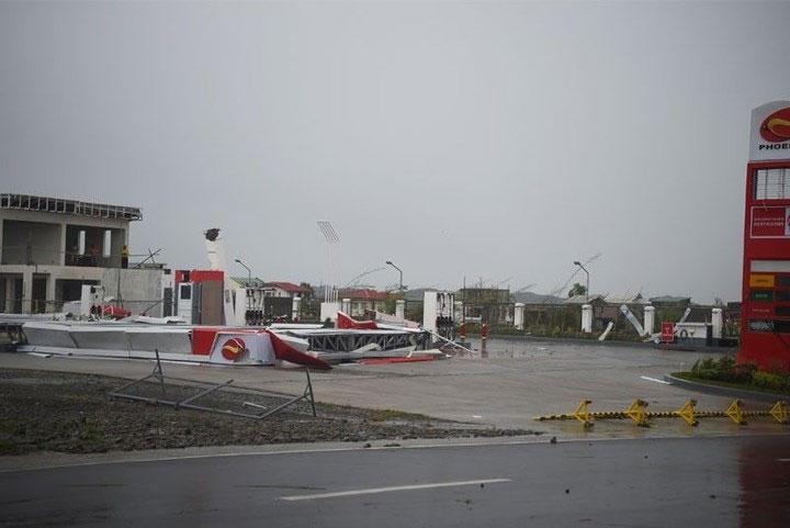 Một cây xăng bị gió cuốn tốc mái.