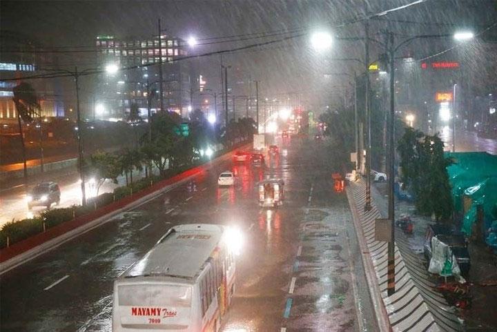 Xe cộ di chuyển trong mưa lớn do ảnh hưởng của bão Mangkhut.