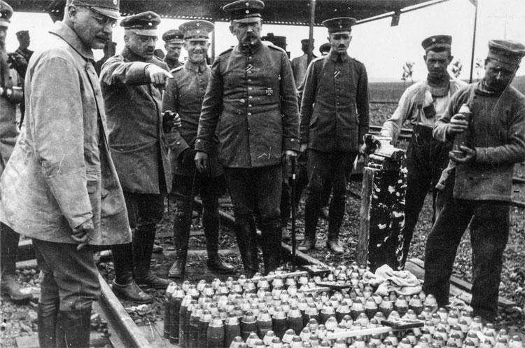 Fritz Haber (người chỉ tay) và các sĩ quan Đức với lô khí Clo đầu tiên.