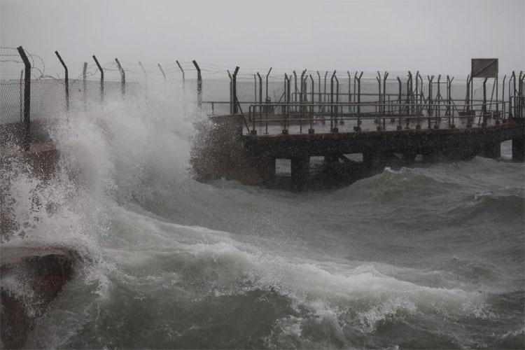 Thị trấn Kennedy nằm ở cuối phía tây của Sai Wan trên Đảo Hong Kong đón những đợt sóng lớn đầu tiên.