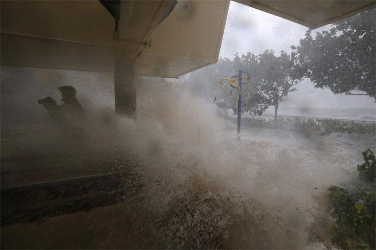 Nước dâng cao ở Heng Fa Chuen khi cơn bão đổ bộ.