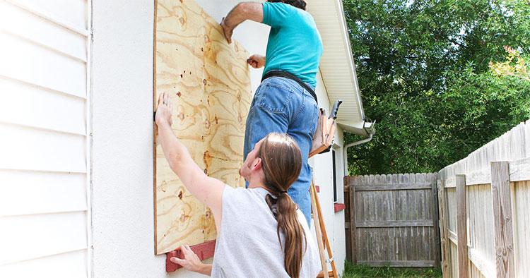 Nên gia cố thêm cho cửa kính bằng cách đóng các thanh gỗ, tấm ván gỗ để hạn chế việc kính vỡ khi bão đến.