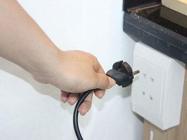 Rút các thiết bị điện không cần thiết trong mùa mưa bão.