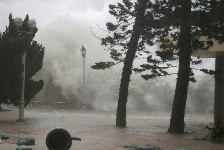Những đợt sóng lớn đánh liên hồi vào khu vực bờ biển của khu dân cư Heng Fa Chuen, Hong Kong.