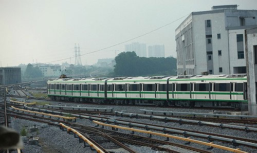 Mỗi đoàn tàu chạy cách nhau 10 phút và vận hành qua hệ thống điều khiển tự động.