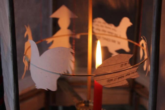 Đèn kéo quân xoay vòng vòng mà kể bao câu chuyện.